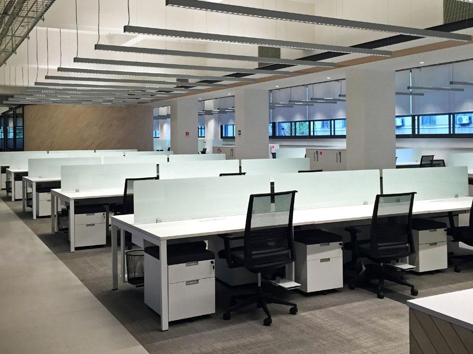 Dynamobel amuebla las oficinas centrales del banco de for Oficina banco