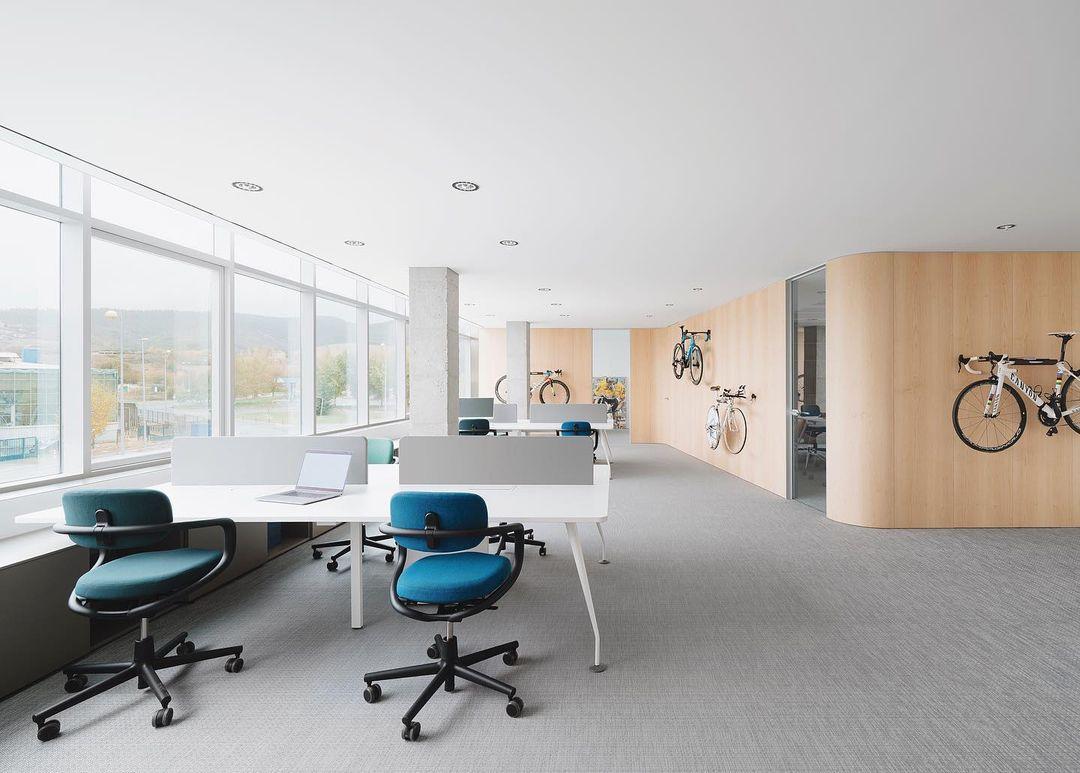 Movistar Team renueva su sede e incorpora la mesa Cell de Dynamobel